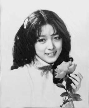 バラを持つ小林麻美